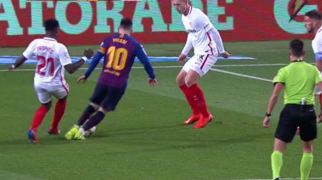 El enésimo escándalo arbitral a favor del Barça, tapado por su remontada 6-1 al Sevilla