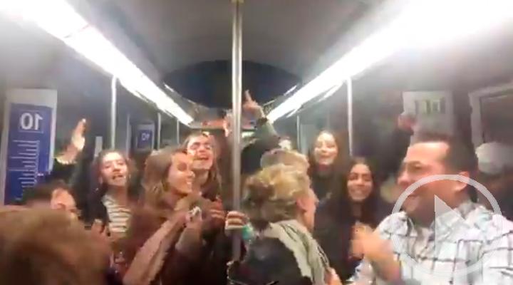 'La bicicleta' convierte un vagón de metro en una discoteca improvisada