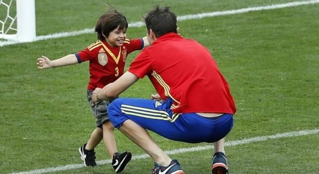 Espa�a se reconcilia con Piqu�: el gol y las fotos de su hijo con la camiseta de la Selecci�n gustan a todos
