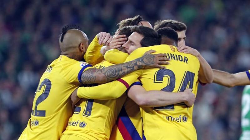 El Barça remonta al Betis (2-3) y se niega a descolgarse del Madrid, que ganó en Pamplona (1-4)