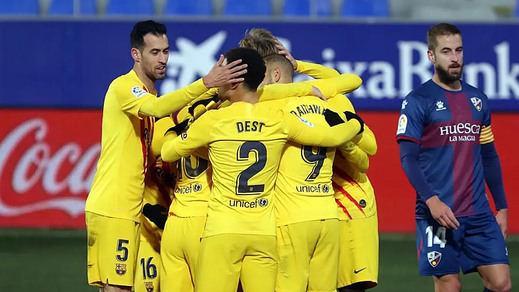 El Barça sobrevive pidiendo la hora con el colista (0-1) y el Atlético conserva el liderato en el descuento (1-2)