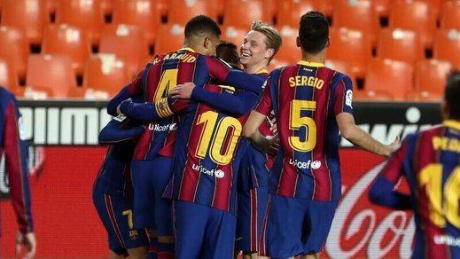 El Barça sigue en la pelea tras sobrevivir a un festival de goles en Mestalla (2-3)
