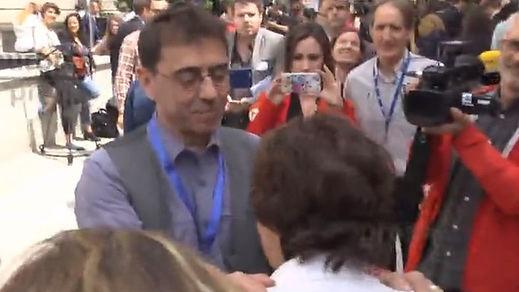 El mal gesto de Monedero con Sáenz de Santamaría y el 'fair play' de la respuesta