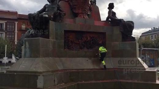 Pintan de rojo el monumento a Colón en Valladolid