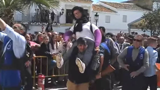 Linchamiento simbólico de la asesina confesa del niño Gabriel en un pueblo de Sevilla