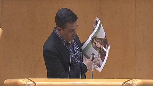 El senador que rompió la fotografía de Susana Díaz insiste en atacar a la lideresa del PSOE