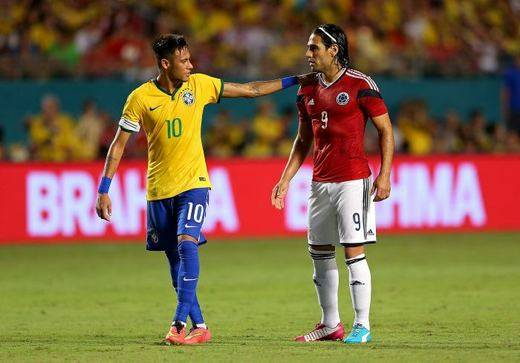 Neymar saluda a Falcao en un momento del partido