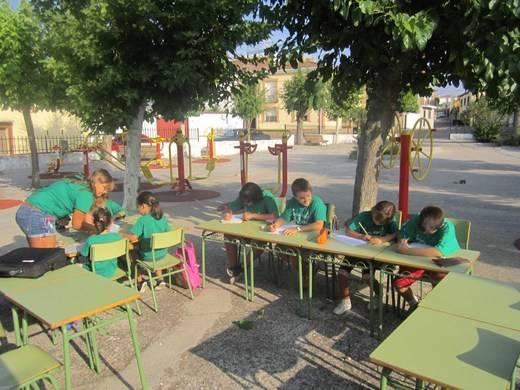 Comenzaron las clases en un parque para protestar por el cierre de su colegio y hoy reciben un premio