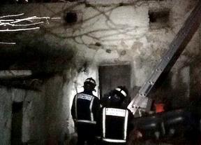 Los bomberos de Cuenca sofocan un incendio en una vivienda de Almendros