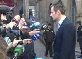 Urdangarín empieza 'con buen pie' llega andando y declara ante los medios: