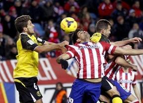 El Atlético, otra vez 'Pupas': un penalti infantil de Juanfran le roba el liderato ante un Sevilla que fue de menos a más (1-1)
