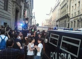 La 'cacerolada' en la Bolsa cae en saco roto por el bloqueo de la policía en la calle Alcalá
