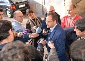 La 'gestión modélica' de Juan Ávila frente a un Gobierno regional 'que está retorciendo y retorciendo'