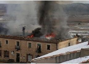 Arde la casa consistorial de Palazuelos afectando a parte de la muralla medieval