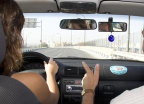 La red de autoescuelas RACC cobra casi 200 euros más a las mujeres