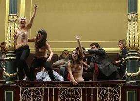 Las activistas de Femen, detenidas tras protestar en topless en el Pleno del Congreso