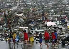 Filipinas: Médicos sin Fronteras alerta de que los aeropuertos están colapsados de la ayuda que no llega a la población rural
