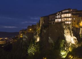 Las Casas Colgadas de Cuenca, de color magenta para conmemorar el Día Internacional de la Niña
