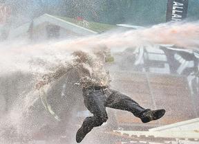 Manifestante reducido en Turqu�a mediante un chorro de agua