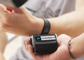 CaixaBank lanza la primera pulsera Visa contactless, que permite hacer compras tan solo acercando la muñeca al datáfono