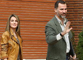 Tras el 'susto' de esta mañana, los Príncipes visitan al Rey con las Infantas Leonor y Sofía