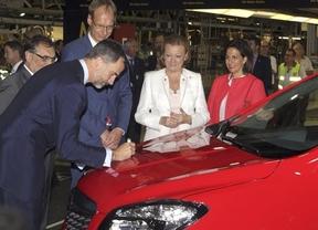 Felipe VI se pone tras el volante del nuevo Opel español en Figueruelas