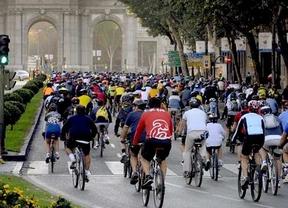 Los 'bicicríticos' pasean por el centro de Madrid apoyando la huelga