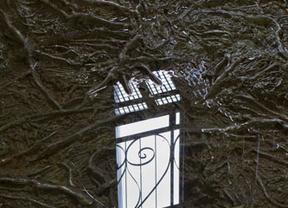 Una rejilla para proteger la fuente de Cristina Iglesias en Toledo