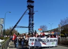 Unas 400 personas apoyan a los trabajadores del ERE de Solaria en una manifestación