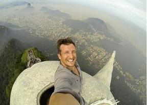 Primer 'selfie' en la cima del Cristo de Corcovado en Brasil