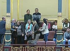 Un grupo de activistas interrumpe el debate sobre la Ley de Seguridad Ciudadana entonando 'La canción del pueblo'