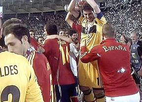 El espontáneo que se coló en la celebración de La Roja... ¡y nadie se dio cuenta!