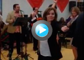 Soraya se olvida de los escándalos del PP bailando en la Feria de Abril