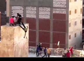 Egipto: partidarios de los Hermanos Musulmanes arrojan al vacío a sus rivales (vídeo)