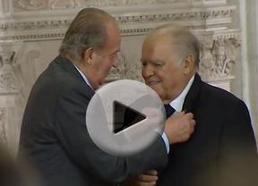 El Rey condecora, con algún apuro, al secretario general iberoamericano con el Toisón de Oro