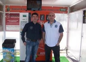 'Maldini', padrino de honor en la inauguración del primer contenedor de reciclaje interactivo en Vitoria