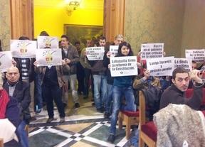 Pancartas en el Ayuntamiento de Cuenca para protestar por el cambio en la gestión del agua