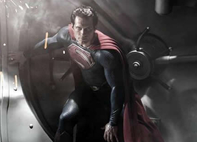 Superman mira a Batman: 'Man of Steel' tan