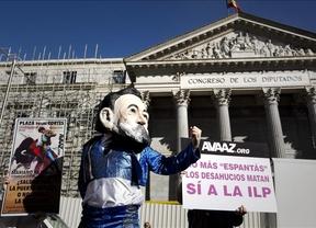 Taurinos y afectados por los desahucios 'rodean' el Congreso