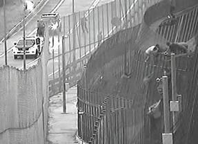 La Guardia Civil difunde varios vídeos para mostrar cómo los inmigrantes que entraron hoy a Melilla atacaron lanzando objetos