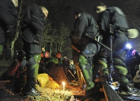 Un grupo de activistas alemanas antinucleares boicotean un tren con basura radioactiva