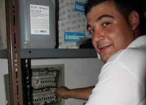 Juan Carlos Cámara, autónomo y electricista, el oficio que aprendió en casa