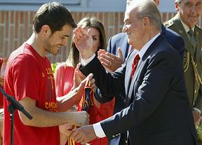 'La Roja' visita a la familia real antes de comenzar su recorrido por Madrid