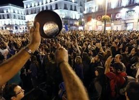 Miles de personas protestan en la 'cacerolada' contra una deuda