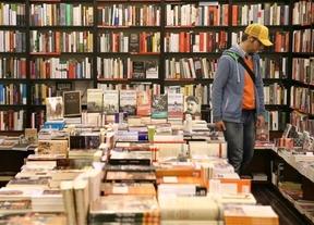 La lectura de libros en papel resiste ante los formatos digitales, según un estudio