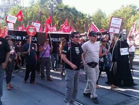 Miles de personas protestan contra los recortes en servicios y empleo en ayuntamientos andaluces