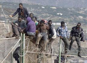 Desciende la llegada de inmigrantes de 'avión', mientras se duplica la desesperación en las vallas de Ceuta y Melilla