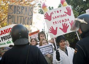 Revuelta por la privatización de la sanidad: dimiten en bloque directivos de 137 centros de salud