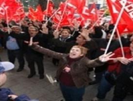 Cerca de un centenar personas protestan contra el 'tijeretazo' y piden la dimisión de la consejera de Economía