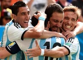 Un oportunista gol del Pipa Higuaín derrota a los 'diablos rojos' y mete en semifinales a una Argentina muy superior (1-0)